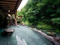 湯西川温泉発祥の藤くらの湯。800年溢れ続ける源泉かけ流し温泉は、清流と一体感で心身が癒されます。