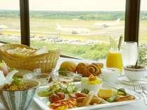 13階レストランにて飛行機の離発着を見ながら朝食を♪