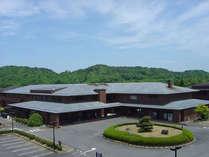 奈良市内より車で約30分の大和高原にあるホテルです