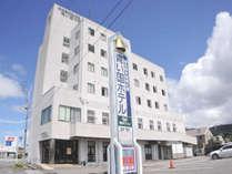 【ホテル外観】宿周辺には飲食店やコンビニがございます