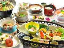 キノコの出汁が旨い鍋は汁まで絶品!大皿の自家製胡麻だれは金田味噌を隠し味に。