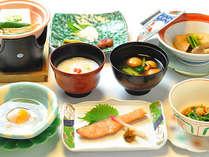 味噌汁には存在感のある大なめこがしばし登場。温泉卵は県産の赤卵、温泉粥は湯宿温泉源泉で作ります。