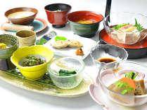 夏の朝はさっぱりヘルシー野菜たっぷりに。名物温泉粥は湯宿温泉源泉で作ります。