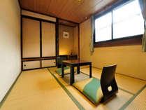 しゃくなげ 和室6畳 廊下よりドアを開けると直接お部屋となる作りとなっています。