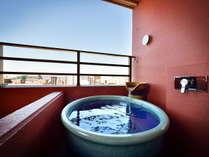 【客室露天風呂】スーペリアダブルルームにはベランダに客室露天風呂がございます。