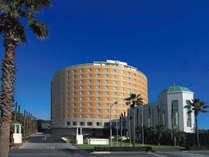 円形の外観がひときわ目立つ東京ベイ舞浜ホテル(昼)