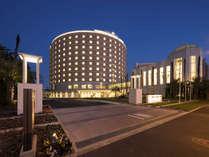 円形の外観がひときわ目立つ東京ベイ舞浜ホテル(夜)