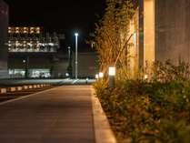 ホテル外周り(夜)