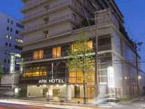 <アークホテル京都 ホテル外観>阪急大宮駅&嵐電四条大宮駅から徒歩1分と観光に便利な立地です。