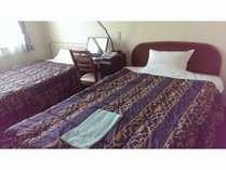 120cmのベッド2台のコンパクトなお部屋です。お一人様でのご利用もできます。