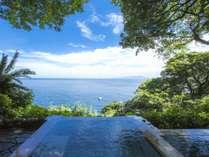 数々の雑誌の表紙を飾ってきた、吉祥CAREN自慢の露天風呂『碧海』。海・空・緑に囲まれた珍しい温泉です。