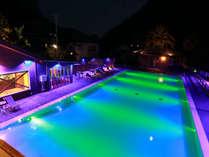 ナイトプール -Night pool-◆夜になるとカラーライトによる幻想的なプールに姿を変えます