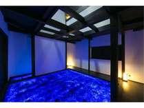 Room2「天空の庭」アーティスト廣瀬智央が場に蓄積された記憶と対話しながら生み出した作品です。