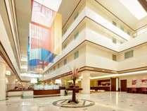 吹き抜けの明るく開放的なホテルエントランス