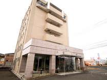 外観◆栗原市内に位置するホテル。周辺にはコンビニや居酒屋もございます。