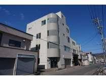 小樽駅前の中通りに位置する「Ito」の外観です。