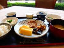 朝食バイキング〔和食盛り付け一例〕バランスの取れたご飯で一日を元気にお過ごしください。