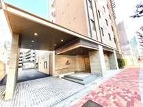 【ホテル外観】環八沿い面した茶色い建物です。