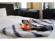 客室ベッドでは、折り鶴がお迎えいたします。