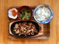 ご朝食・ご夕食付プラン♪(サイドコテージ) ご夕食はお肉料理の定食をレトロ空間のお店で♪