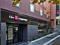 六本木通りに面した視認性に優れたホテルです。エリアでは「the b」のサインも認知度抜群