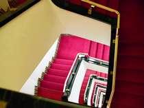 本館の螺旋階段。色のコントラストがきれいです。