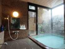 お風呂は戸倉温泉源泉のかけ流し。川沿いの源泉の為、温度が低く、その日の源泉温度に応じて加温してます。