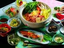 ■夕食全体 名物!出汁とスパイスが香る和印折衷薬膳カレー鍋を中心とした夕食です。