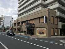 藤沢駅徒歩約10分弱。青い看板が目印のカプセルホテル湘南です。