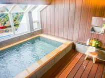 【天然温泉大浴場】海を望む檜貼浴槽の大浴場をご用意しました