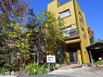 ・雑木の庭に囲まれた3階建ての一軒家
