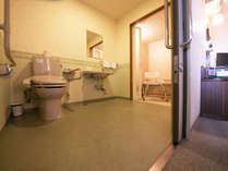 バリアフリーツインルームのお部屋。広々トイレ&お風呂、楽々スライドドア。車いすの方でも安心!