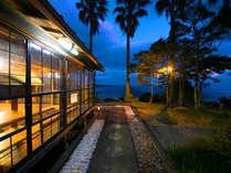 囲炉裏を囲んで夕食をお愉しみいただける『椿茶屋』からは青く広がる海が眺めます♪