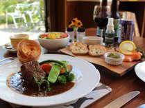 ディナーは前菜のスモークサーモン、サラダ、ビーフシチュー、ヨークシャープディング、クランブル。