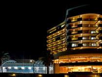 ホテル夕景 左側は室内プール