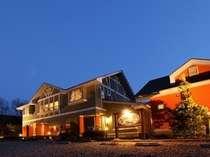 夕暮れ時に浮かび上がる、温もりのある外観がお客様をお迎えいたします。素敵な一夜をお過ごしください。
