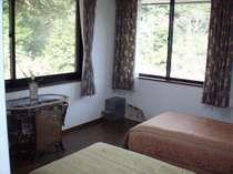 2階洋室笹百合の間(崖上の景色が良いです)