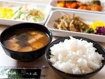 無料朝食はご飯・味噌汁・肉料理・卵料理・野菜料理・サラダ・パンなど!カップドリンクも無料です!