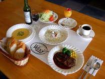 夕食はオーナーシェフ自慢の創作アメリカンコース料理