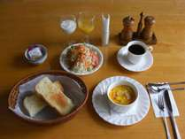 朝食は焼き立てパンの厚切りトースト、ベーコンポテトココットと季節のサラダ