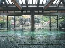 「光仁の湯」窓いっぱいに広がる庭園の花と緑に癒される。男女それぞれの露天風呂もうれしい!