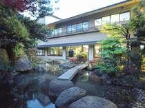 心がなごむ「ゆ楽」の庭園。ロビーからの眺めは最高!