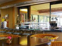 カフェコーナーでは、ドリンクの他、温泉アイスクリーム、お夜食のラーメンもどうぞ。