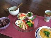 生鮮食品は地産地消。手作り朝ごはんの一例です。ご飯おかわり自由、食後は挽立て珈琲をどうぞ。