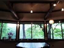 ダイニング、窓の外の景色は自然の息遣いを感じます。