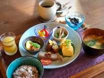 朝ごはんの一例です。自家農園のオリジナル林檎ジュースや、挽き立て珈琲もお楽しみください。