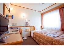 シングルルームのベッドは140cm幅の広々サイズ。