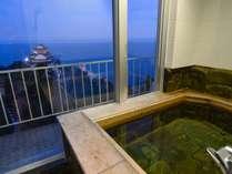 5F 夕暮れ時の客室風呂からの眺め。