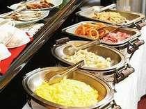 バイキング朝食は白米・お粥・パンと日替わりメニューでご用意いたします!