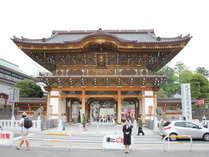 【成田山の総門】2006年に完成しました、新しく立派な門です!